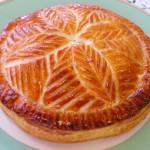 ガレットデロア フランスで1月に食べられるお菓子。パイ生地の中にアーモンドクリームが入っています。(高度)