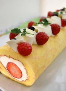 4月・苺のロールケーキ スフレタイプのスポンジと苺・生クリームで見た目も美味しく