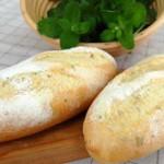 8月・バジルブレッド 庭のバジルを積んで、フランスパン専用粉で作ります。