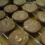 アーモンドクッキー ココア生地の中にスライスアーモンドを入れて、輪切りにします。